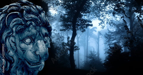 In de dag Groen blauw Ancient lion statue in misty forest