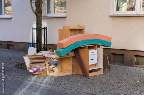 Fotografie, Obraz  Sperrmüll auf dem Gehweg