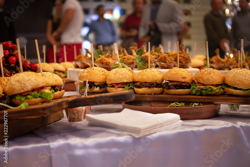 In de dag Bangkok Cocktail Reception at the event, burgers, chicken legs, salads, snacks on wooden boards, with sprouted greens
