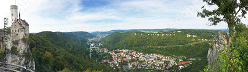 Fotobehang Europese Plekken Aussicht auf die Burg Lichtenstein und Honau, Panoramaaufnahme - Schwäbische Alb