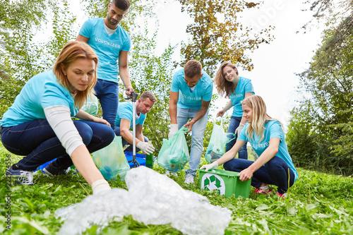Fotografía  Umweltschutz Gruppe beim Müll sammeln in Natur
