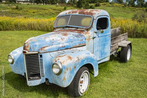 Deurstickers Oude auto s Old rusty truck and old caravan in Stowe Vermont