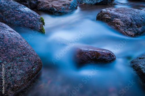 Foto  The water flow or stream running to the gulf of the sea among the rocks and ston