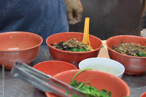 Photo  Chinese traditional spicy flat noodles soup at a night market stall in the stree