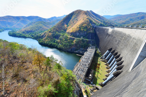 Tuinposter Dam The power station at the Bhumibol Dam in Thailand. The dam is situated on the Ping River and has a capacity of 13,462,000,000 cubic