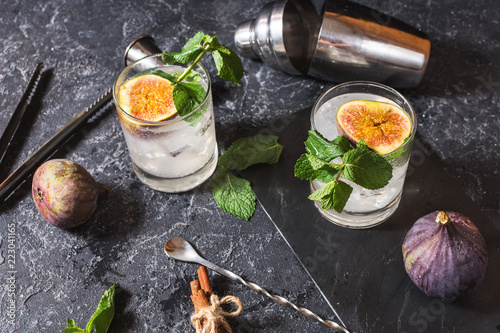 Foto op Canvas Cocktail Pink fig alcoholic cocktail with cinnamon and mint