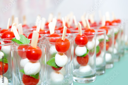 Fotografia Mini caprese cherry tomatos and mini mozzarella in a glass - Finger food