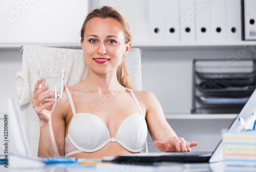 Poster Akt Woman working in bra at the laptop