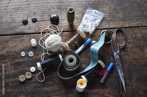 Fototapeta  Muchos botones, cintas metricas, tijeras metalicas, dedales objetos de modista
