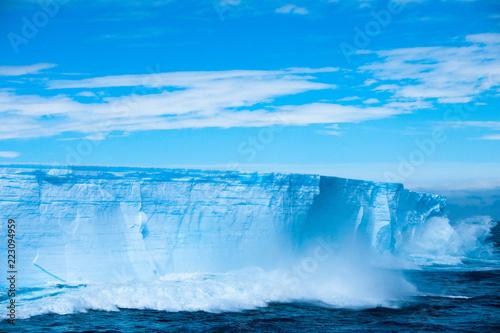 Foto auf Gartenposter Wasser Beautiful view of the iceberg in Antarctica