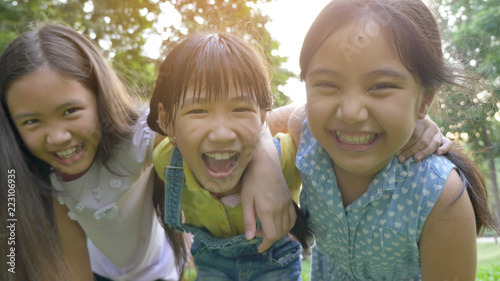 Photo  Group of little happy Asian girls playing together in the park
