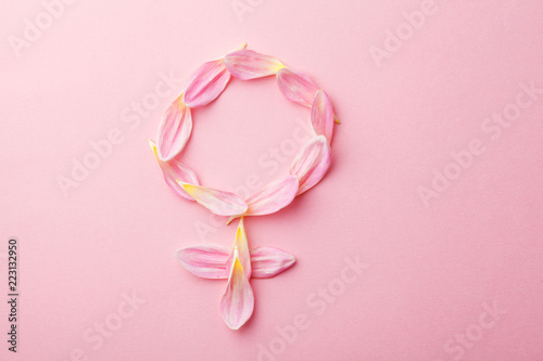Fotomural  Gender Venus symbol made of beautiful flower petals on candy pink background, wo