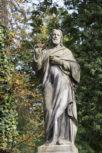 Foto  Historic Statue on the mystery old Prague Cemetery, Czech Republic