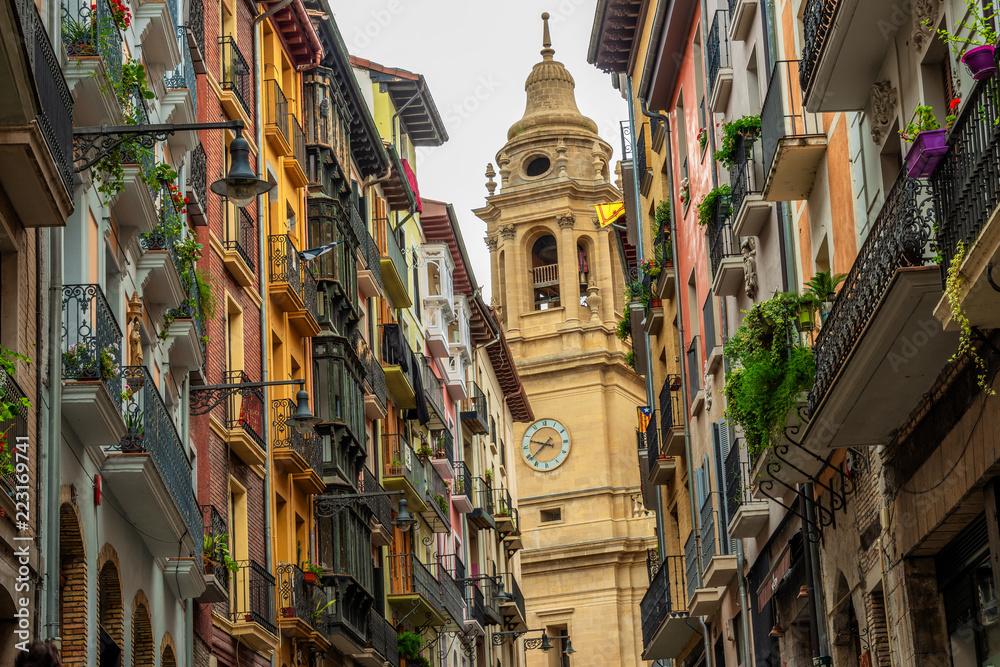 Fotografie, Obraz In den Gassen von Pamplona mit Kathedrale Santa Maria la Real
