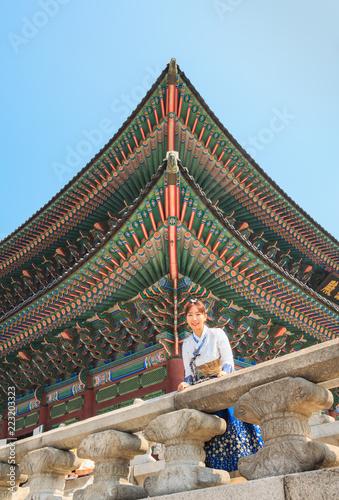 Photo  Beautiful Korean woman dressed Hanbok in Gyeongbokgung Palace in Seoul
