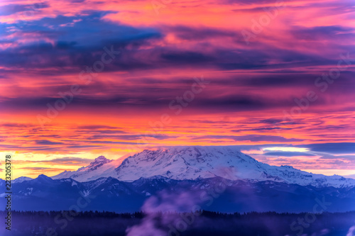 Tuinposter Zwart View of Mount Rainier in the state of Washington, USA.