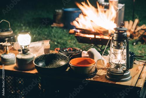 Leinwand Poster 焚き火と夜のキャンプ風景