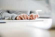 Eine Junge Frau Schreibt Ihre Bachelorarbeit Am Computer