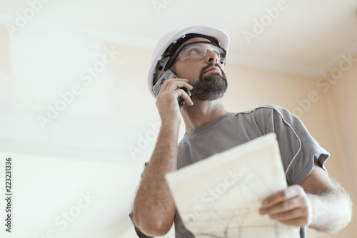 Fotografía  Professional construction worker checking a project and calling