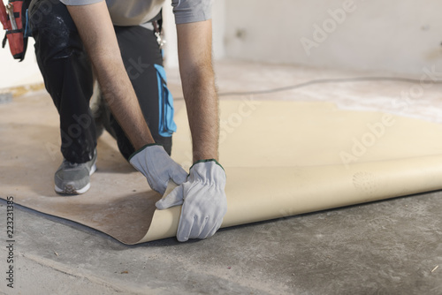 Obraz Contractor removing an old linoleum flooring - fototapety do salonu