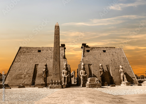 In de dag Bedehuis Entrance to Luxor Temple at sunset, a large Ancient Egyptian temple complex located on the east bank of the Nile River in the city today known as Luxor (Thebes). Was consecrated to the god Amon-Ra