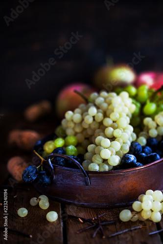 Photo Fresh ripe white, green and purple grape