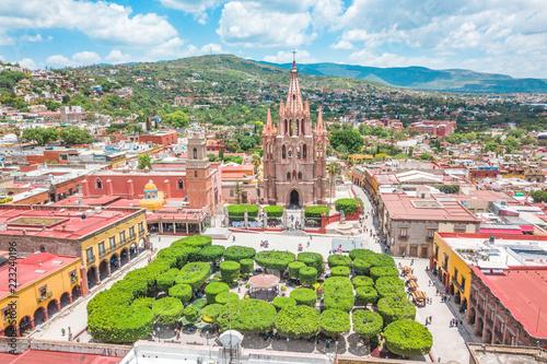 Fototapeta premium Piękny widok z lotu ptaka na główny plac San Miguel de Allende w Guanajuato w Meksyku