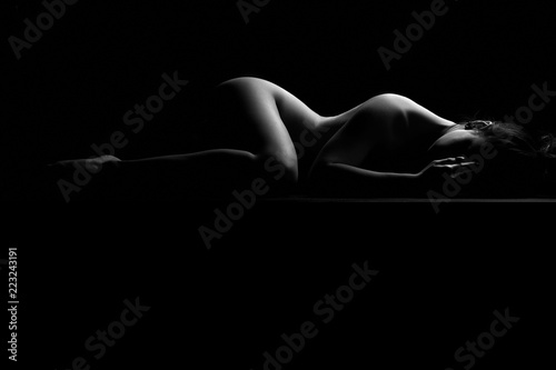 Fotobehang Akt Nudo artistico di donna nuda sexy sensuale ed erotico distesa e sdraiata con il corpo mentre riposa