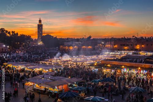 Cuadros en Lienzo  Crowd in Jemaa el Fna square at sunset, Marrakesh, Morocco