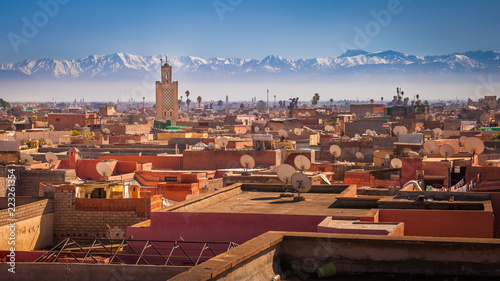 Poster Maroc Panoramic view of Marrakesh and the snow capped Atlas mountains, Morocco