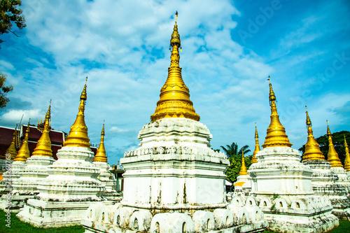 In de dag Bedehuis Chedi Sao Lang temple in Lampang province