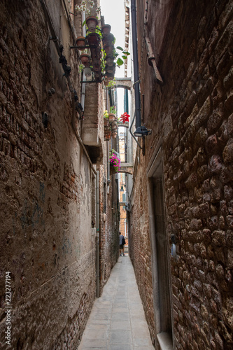Spoed Foto op Canvas Smal steegje Narrow alley in Venice