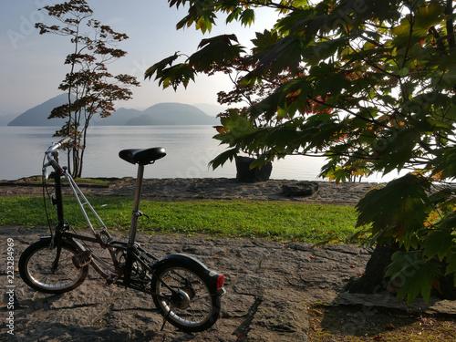 Fotobehang Fiets 湖畔の公園 レトロな自転車