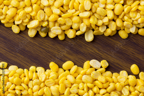 Fotografía  peeled mung beans on wooden table. top view