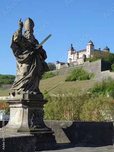 Foto op Canvas Historisch mon. Der heilige Sankt Kilian. Der Frankenapostel auf der alten Mainbrücke in Würzburg.