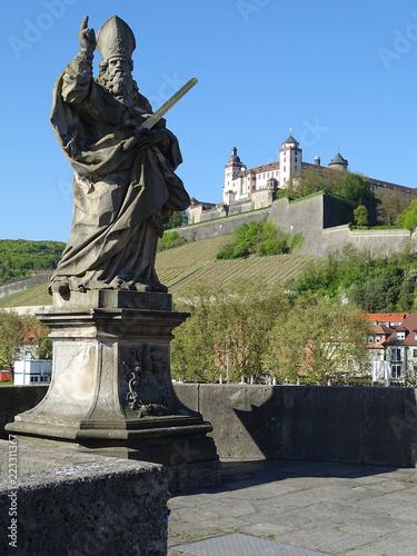 Tuinposter Historisch mon. Der heilige Sankt Kilian. Der Frankenapostel auf der alten Mainbrücke in Würzburg.