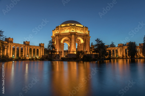 Staande foto Theater The Palace in the evening with reflection from pond. Palace of Fine Arts, San Francisco, California, USA.