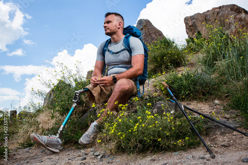 Photo Thoughtful man with prosthesis resting in harmony with nature