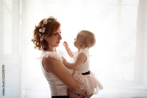 Fotografia  gentle mom and daughter in real room, motherhood