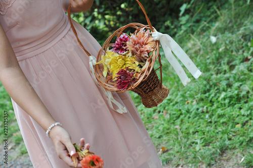 Blumenmadchen Mit Blumenkorb Beim Blumenstreuen Auf Einer Hochzeit