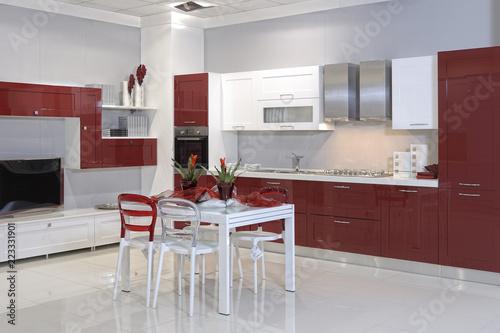 cucine moderne in un negozio di arredamento – kaufen Sie ...