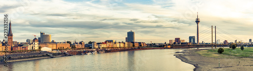 In de dag Europa Panorama Blick auf Düsseldorf Altstadt und Rheinufer