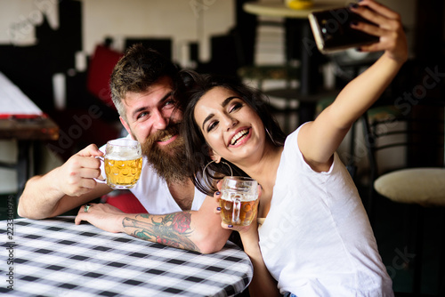 Fotografía Take selfie photo to remember great date in pub