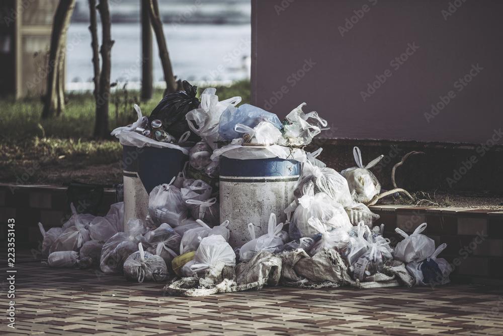 Fototapeta 大量のゴミ袋