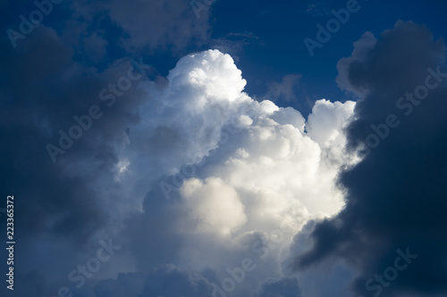Fotografiet  Abstract view of dramatic light and dark puffy summer thunderstorm clouds