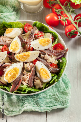Photo Nicoise Salad with tuna, anchovy, eggs and tomatoes