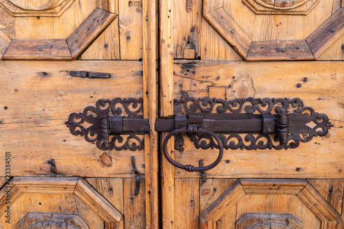 Portone in legno con vecchio chiavistello a scorrimento in ferro battuto Canvas Print