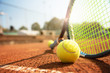 canvas print picture - Tennis, Tennisschläger und Tennisball am Tennisplatz