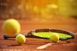 Tennis, Tennisschläger und Tennisball am Tennisplatz