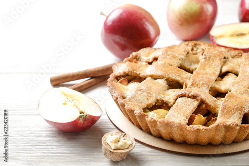 Photo  Traditional American Thanks Giving pie, whole & halved apples, cinnamon sticks, anise seeds